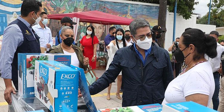El Presidente Juan Orlando Hernández les entregó capital semilla en especies a emprendedores de Francisco Morazán.