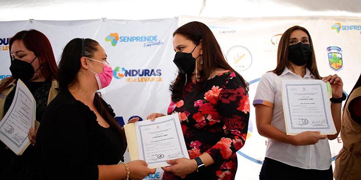 La Primera Dama, Ana García de Hernández, entregó el capital semilla a las emprendedoras capitalinas, que se mostraron muy contentas.