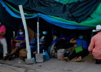 Las noches son largas, pues muchos duermen así en las afueras del Hospital Escuela.