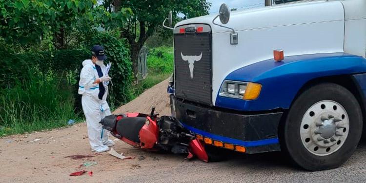 La muerte les sobrevino al motociclista y al menor al encontrarse con una rastra en la carretera a Danlí, frente a la Escuela Agrícola Zamorano.