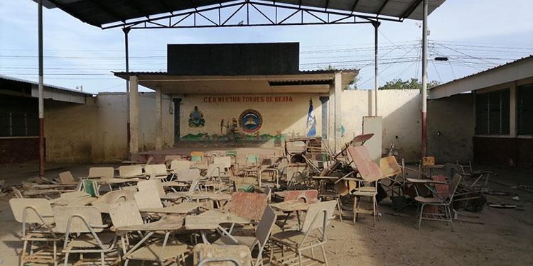El Centro Básico Mirta Torres de Mejía permanece en el abandono, con una capa de lodo seco en sus pupitres.