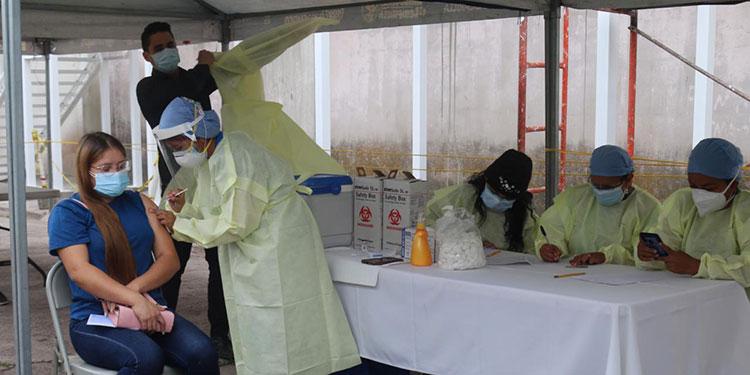Desde tempranas horas inició la jornada de vacunación a los participantes de este punto de venta.