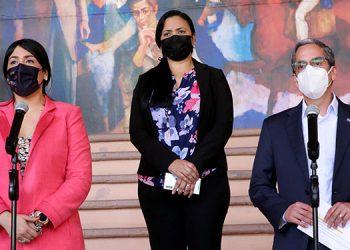 Luis Mata, junto a las viceministras de Presupuesto, Roxana Rodríguez, y de Inversión y Crédito Público, Liliam Rivera.