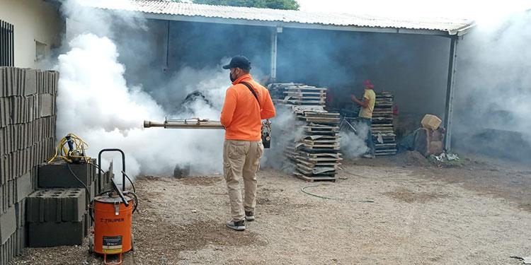 Las tareas de fumigación se realizan en barrios de Catacamas, Olancho, donde se ha registrado mayor número de casos de dengue.