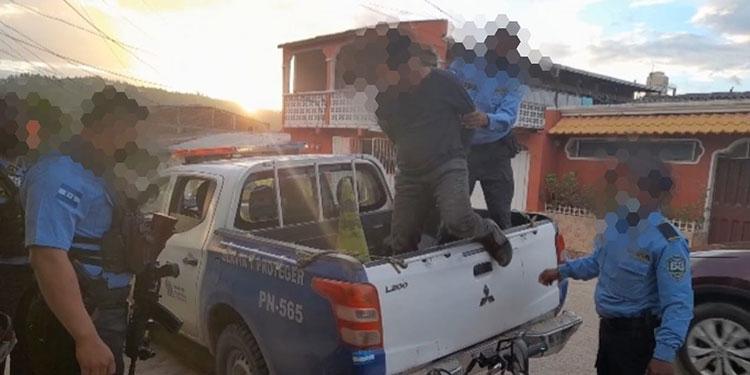 Al detenido se le supone responsable de tentativa de robo con violencia e intimidación y porte ilegal de arma de fuego.