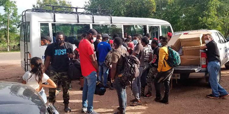El primer grupo de Migrantes es trasladado a Tegucigalpa por el Instituto de Migración.