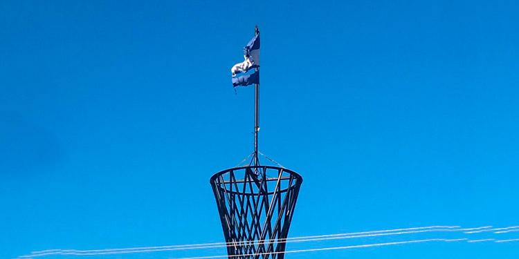 Ya solo las hilachas quedan de la Bandera.