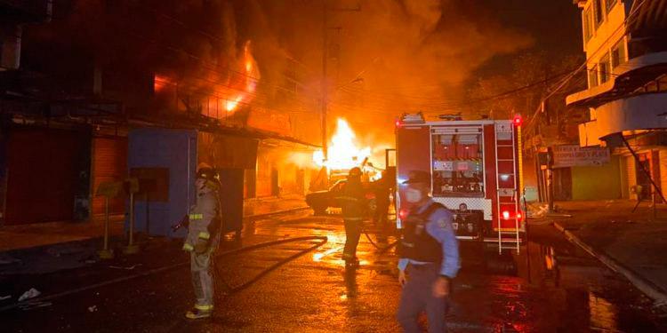 El incendio fue de tal magnitud que hasta los bomberos de La Lima se sumaron a las labores de extinción.