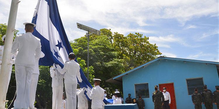 Autoridades civiles, militares y veteranos de guerra participaron en la izada de la Bandera Nacional, en la isla Conejo.