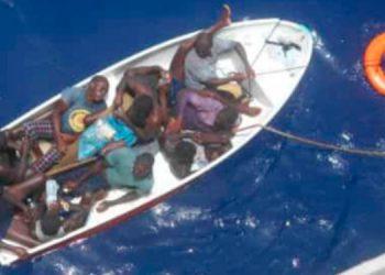 En primera instancia una embarcación internacional asistió a los náufragos.