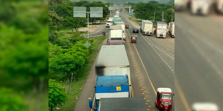 Por horas se forman largas hileras de automotores de carga en el sector de la aduana de El Amatillo, Valle.