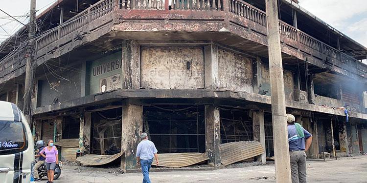 Un incendio de grandes proporciones hizo que 60 locatarios del mercado Medina, en San Pedro Sula, lo perdieran todo.