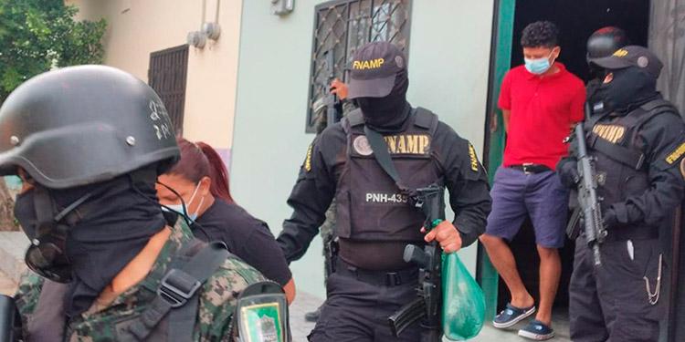 """Mediante orden judicial se allanó la casa donde fueron detenidas las dos personas, miembros de la banda """"Los Colombia""""."""