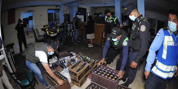 En los operativos, los agentes policiales han decomisado una gran cantidad de bebidas alcohólicas.