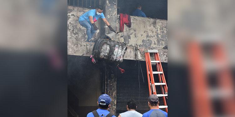 Los trabajadores continuaban removiendo escombros para realizar el proceso de limpieza.