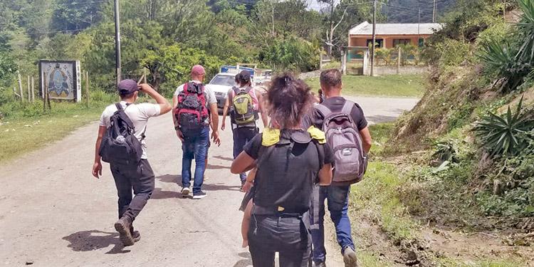 """Los migrantes deben caminar trayectos de más de 30 kilómetros en la zona suroriental, debido a que las autoridades catalogan como """"tratantes de personas"""" a todos los que les dan """"jalón""""."""