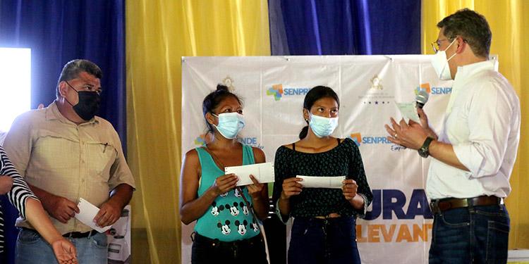Capital semilla y créditos solidarios entregó el Presidente Juan Orlando Hernández a emprendedores de Comayagua e Intibucá.