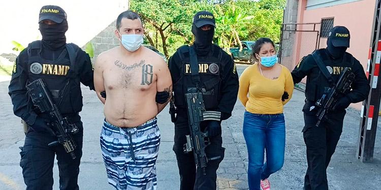 """La pareja de """"gatilleros"""" exigían sumas de dinero en nombre de la pandilla 18, a las víctimas de extorsión."""