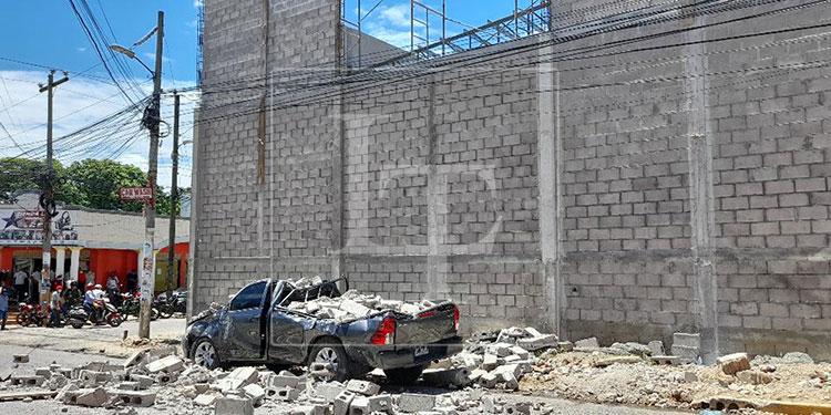 Al ceder una pared del edificio en construcción, una mujer que transitaba por la acera perdió la vida al caerle varios bloques encima.