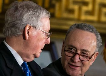 Mitch McConnell, líder de la minoría republicana y Chuck Schummer, líder de la mayoría demócrata en el senado.