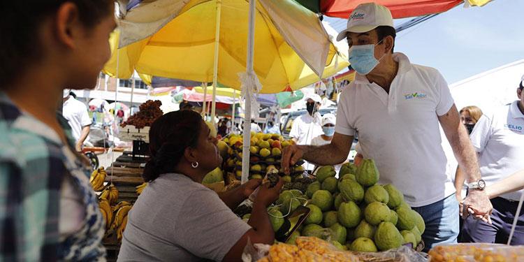 El candidato, Salvador Nasralla, visitó en caminatas los mercados populares de Comayagua y Siguatepeque.