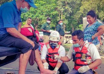 A diario, el psicólogo socorrista de la Cruz Roja Hondureña, Nelman Raudales Zepeda, salva vidas al atender emergencias, en plena pandemia.