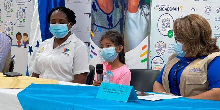 En el acto participaron la directora de la Dinaf, Lolis María Salas Montes; la niña, Ahicha Boden; la vicealcaldesa de La Ceiba, Alba Zepeda, y la gobernadora, Nohelmy Arzú, entre otros funcionarios.