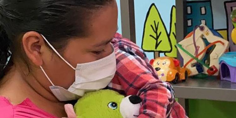 A más de un mes de no verlo, Lorena García Vásquez recibió a su hijo con un amoroso abrazo.