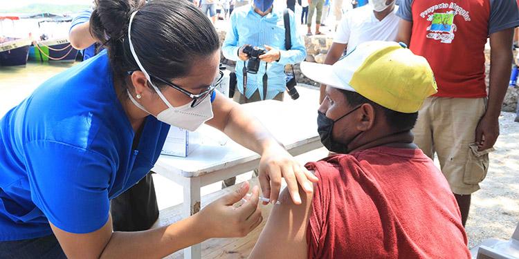 El mandatario pidió a la población denunciar a las personas que comercialicen las vacunas anticovid.