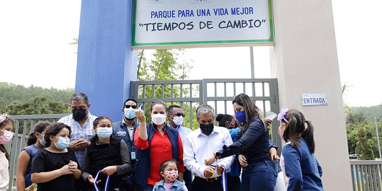 La primera dama, Ana García de Hernández, inauguró el moderno parque en Tatumbla, junto a autoridades edilicias y pobladores.