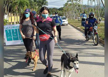 Los ceibeños salieron con sus mascotas a las calles.