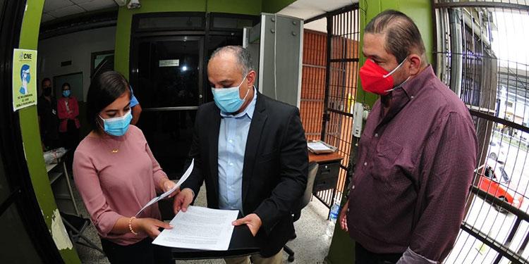 Dirigentes y apoderados legales, presentaron ayer en la secretaría del Consejo Nacional Electoral (CNE) denuncia formal.
