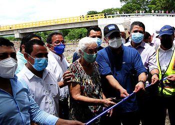 El Presidente Juan Orlando Hernández hizo el corte de cinta dando por inaugurado el puente, que representa una obra de gran importancia para el desarrollo de los municipios beneficiados.