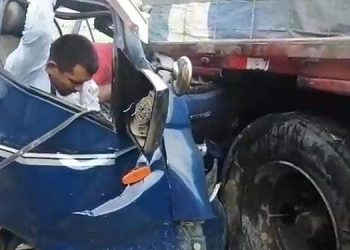 El motorista murió al instante, mientras uno de sus acompañantes quedó inconsciente, atrapado en el amasijo de hierro en que quedó convertido el pequeño camión.