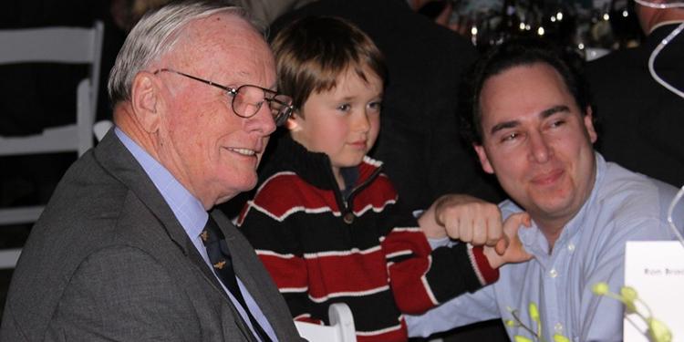 """Neil Armstrong, el pequeño Alexander y José """"Pepe"""" Goldstein. Fotografía tomada en 2008 en el Museo Aeroespacial de San Diego California cuando Armstrong tenía 78 años de edad."""