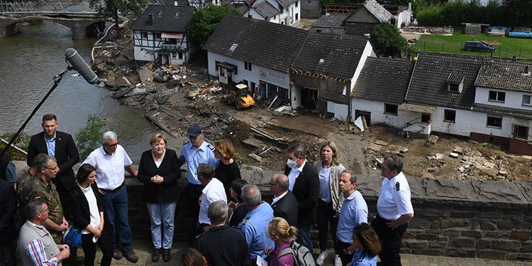 """La canciller alemana visitó lo que describió como una escena """"surrealista y fantasmal"""" en una localidad devastada por las inundaciones, y prometió una pronta ayuda. (LASSERFOTO AFP)"""