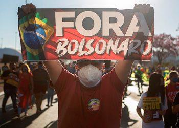 Decenas de miles de brasileños salieron de nuevo este sábado a las calles de varias ciudades de Brasil para pedir el 'impeachment' del presidente Jair Bolsonaro. (LASSERFOTO  EFE)