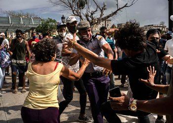 Un total de 60 cubanos han sido enjuiciados por participar en las inéditas manifestaciones del 11 de julio, indicó un alto funcionario judicial. (LASSERFOTO  AP)