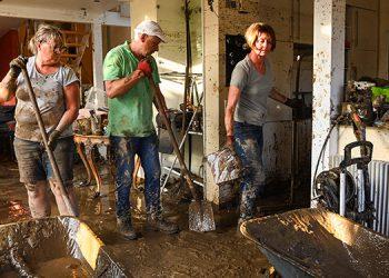 Alemania y Bélgica empezaron las titánicas tareas de limpieza y reconstrucción de las zonas asoladas por el destructor diluvio de los últimos días, que ha causado al menos 170 muertos en Europa. (LASSERFOTO AFP)
