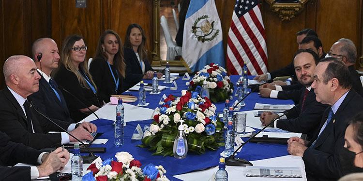 Estados Unidos reforzará la seguridad en fronteras y puertos de Guatemala como parte de dos acuerdos firmados entre ambas naciones, durante la visita de Alejandro Mayorka.  (LASSERFOTO AFP)