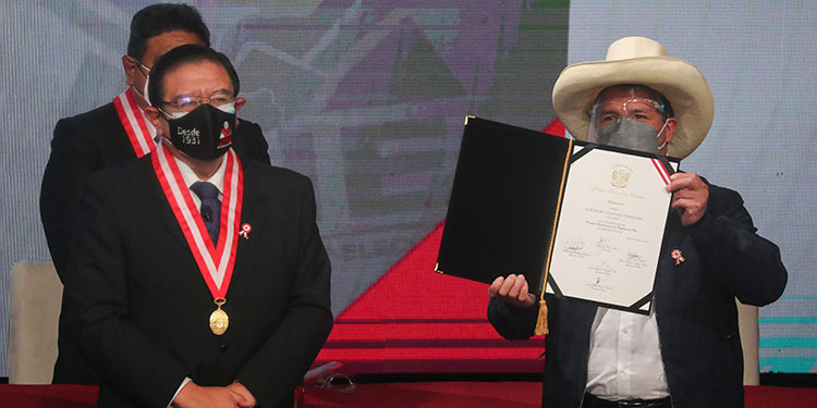 Unos 10,000 policías, diez drones y cinco helicópteros serán desplegados en Lima para garantizar la seguridad el miércoles durante los actos de juramentación del nuevo presidente de Perú, Pedro Castillo.  (LASSERFOTO  AFP)