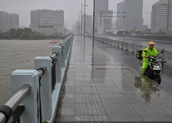 La Agencia Meteorológica de Japón alertó de posibles fuertes precipitaciones y rachas de viento en Tokio a partir del martes debido a la llegada de un tifón. (LASSERFOTO AFP)