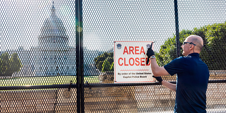 La última sección de la valla metálica que rodea el Capitolio de Estados Unidos comenzó a ser retirada el viernes tras cumplirse seis meses del asalto que dejó cinco muertos. (LASSERFOTO EFE)
