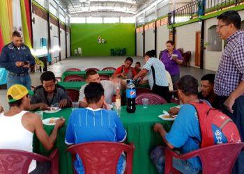 Los dirigentes espirituales, José Ordóñez y el pastor Ezequiel Vásquez, congregan cada sábado a las personas necesitadas de apoyo para dejar el alcohol y las drogas.