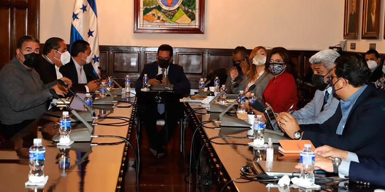 Reunión del CNE con los miembros del Congreso, en donde explicaron su cronograma.