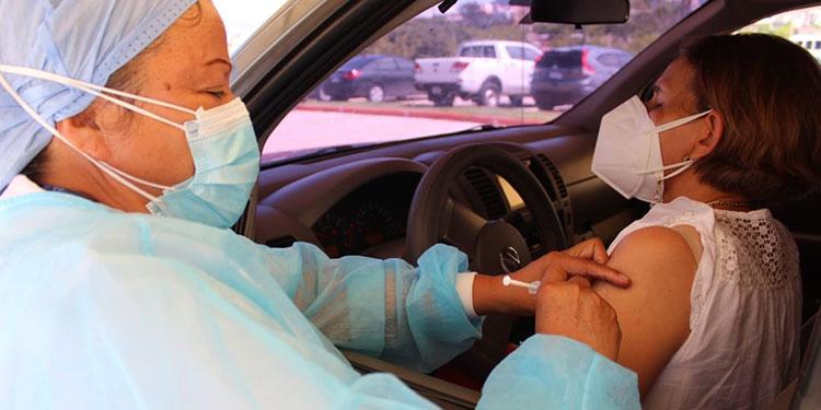 Cientos de trabajadores de la salud acudieron ayer al centro de inoculación para aplicarse la segunda dosis de la vacuna de AstraZeneca en la capital.