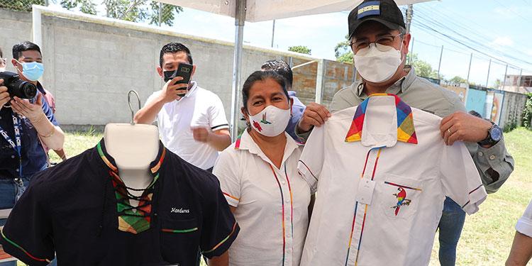 El Presidente Juan Orlando Hernández dijo sentirse contento al ver los frutos de Senprende a favor de los microempresarios de Gracias, Lempira.