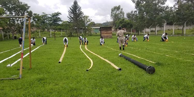 El personal voluntario se preparó en el manejo de mangueras para poder aplicar los conocimientos en caso de emergencia.