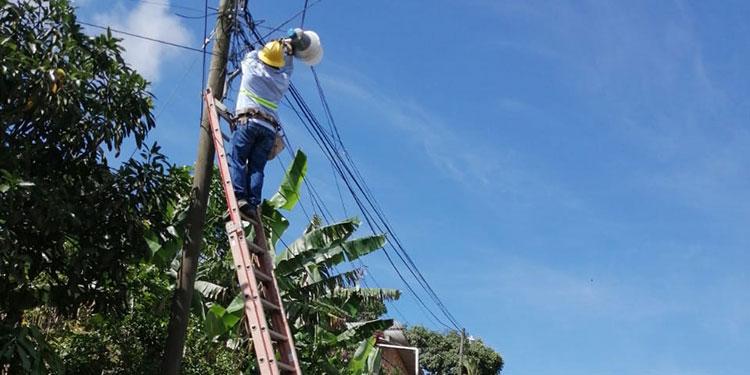 Con personal de la ENEE se lograron cambiar más de 60 lámparas en dos jornadas.
