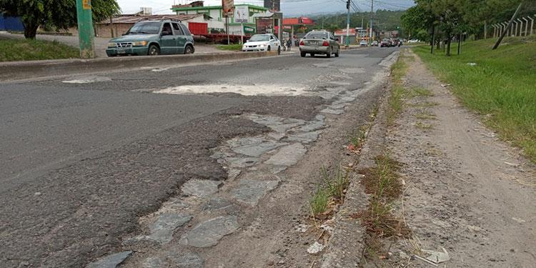 """El bulevar """"Francisco Morazán"""" necesita ampliación para que puedan avanzar al mismo tiempo dos vehículos por un mismo carril."""